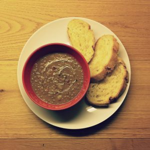 Zuppa rustica di lenticchie con patate e pancetta affumicata