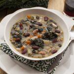 Zuppa di legumi, cereali e cavolo nero