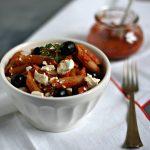 Pasta fredda con peperoni, feta e olive