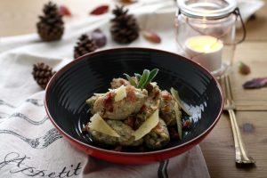 Gnocchi di pane e funghi con briciole di speck croccante e scaglie di formaggio Vezzena