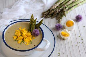 Vellutata di asparagi con mimosa d'uovo